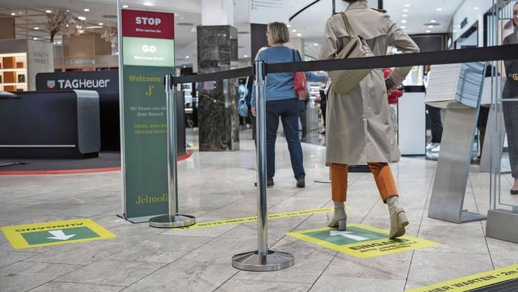 Bei rot heisst es warten: Im Warenhaus Jelmoli in Zürich regelt ein Ampelsystem, wie viele Leute rein dürfen.