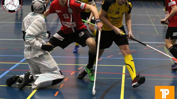 Nicolas Schwob (Nr. 13), Unihockey Basel Regio, verteidigt vor dem Basler Schutzraum. (Quelle: TopPictures)