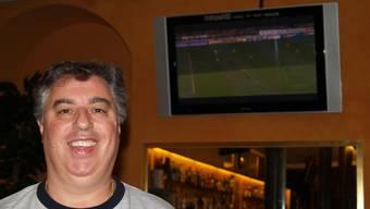Fussballfieber: Gregor Mantella vor einem Bildschirm im «Ibarus».