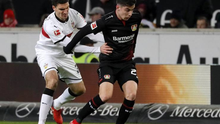 Stuttgarts Marcin Kaminski versucht Leverkusens Mai Havertz mit Händen und Füssen zurückzuhalten