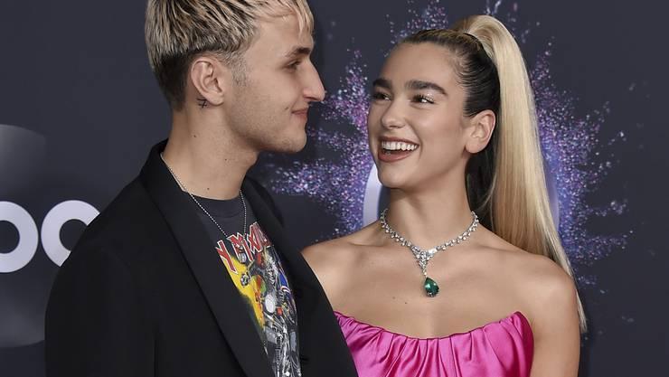 Model Anwar Hadid, links, und seine Freundin, Sängerin Dua Lipa, isolieren sich zwangsläufig in einer Airbnb-Unterkunft.
