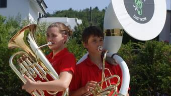Laura und Noah Siegrist musizieren mit grosser Freude.hel