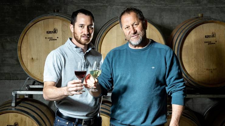 Robin Haug (links) und Hans-Heinrich Haug zeigen ihren Weinkeller und ihre Weine am 1. wie auch am 5. Mai im Weingut Haug in Weiningen.