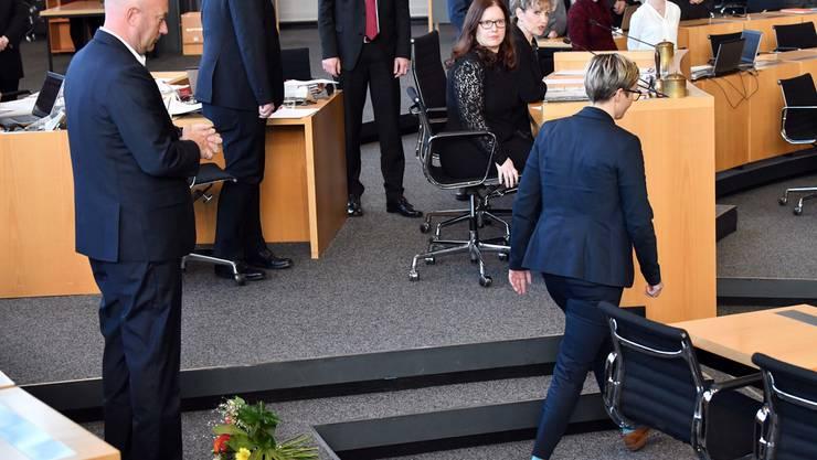 Linke-Landeschefin Susanne Hennig-Wellsow (r.) knallte Thomas Kemmerich einen Blumenstrauss vor die Füsse.