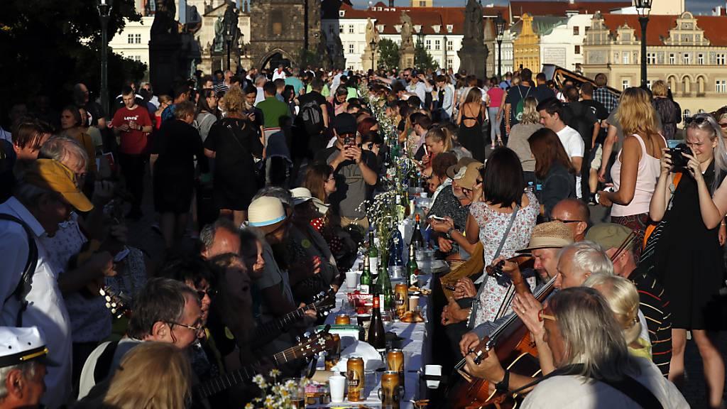 Tschechen nehmen die Maske ab - Festbankett auf Karlsbrücke