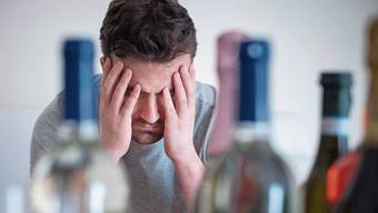 In emotional stressigen Zeiten wie jetzt suchen viele Suchtgefährdete Trost im Alkohol.