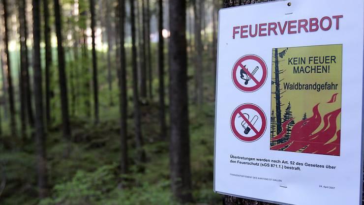 Feuerverbote wegen Waldbrandgefahr gelten zurzeit in mehreren Kantonen. (Archivbild)