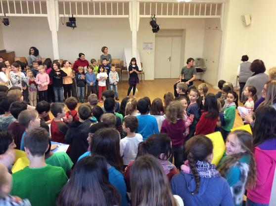 In der Aula überraschen die Schülerinnen und Schüler der Primarschule Laufenburg den neuen Anlagenwart René Hahn mit einem Lied.