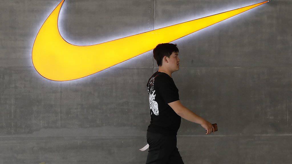 Der Nike-Konzern hat im abgelaufenen Geschäftsquartal zwar etwas mehr Umsatz verzeichnet - der Konzerngewinn ging dagegen markant zurück. (Archivbild)
