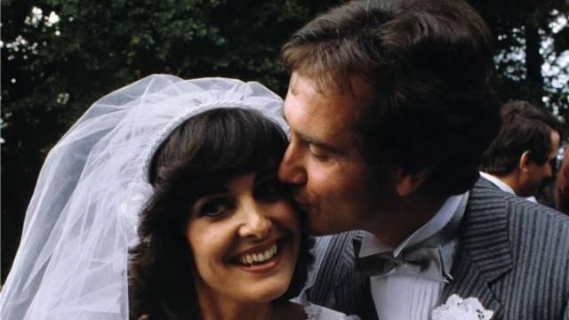 Der Schweizer Fernseh-Moderator Kurt Felix (rechts) und die Saengerin Paola del Medico an ihrer Trauung auf dem Buergenstock am 3. September 1980. Foto: Keystone