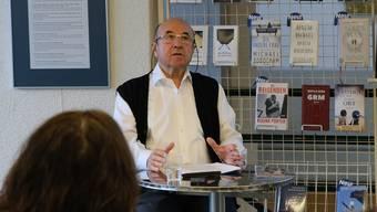 Hans-Gert Kahle aus Geroldswil las in der Dorfbibliothek aus seinem packenden Roman «Die fünfte Posaune».