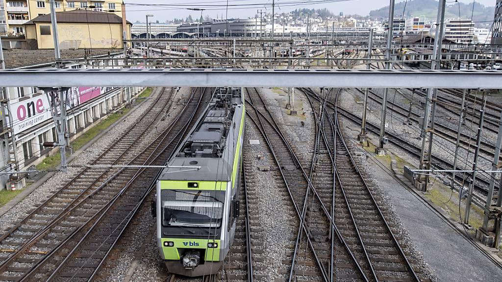 Eine S-Bahn bei der Einfahrt in den Bahnhof Luzern: 2020 sind die Luzernerinnen und Luzern deutlich weniger mit dem Zug unterwegs gewesen. (Archivaufnahme)