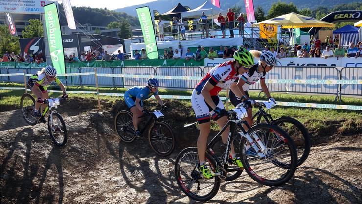 Eine Szene von den Schweizer Meisterschaften 2014, Eliminator Sprint der Frauen mit Linda Indergand (vorne vorne) und Jolanda Neff (vorne hinten).HR. Aeschbacher