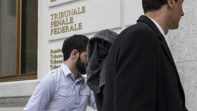 Einer der beiden Verurteilten (l.) betritt das Gerichtsgebäude