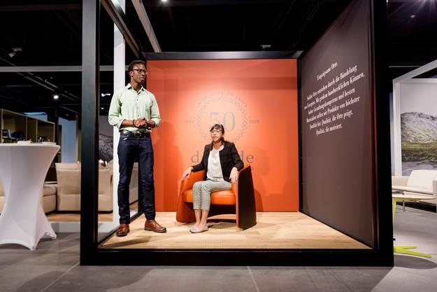 """Im Bild: Die Jungdesiger Inimfon """"Ini"""" Archibong (l.) und Ophelie Sanga haben den Sessel zum 50-Jahr-Jubilaeum gestaltet."""