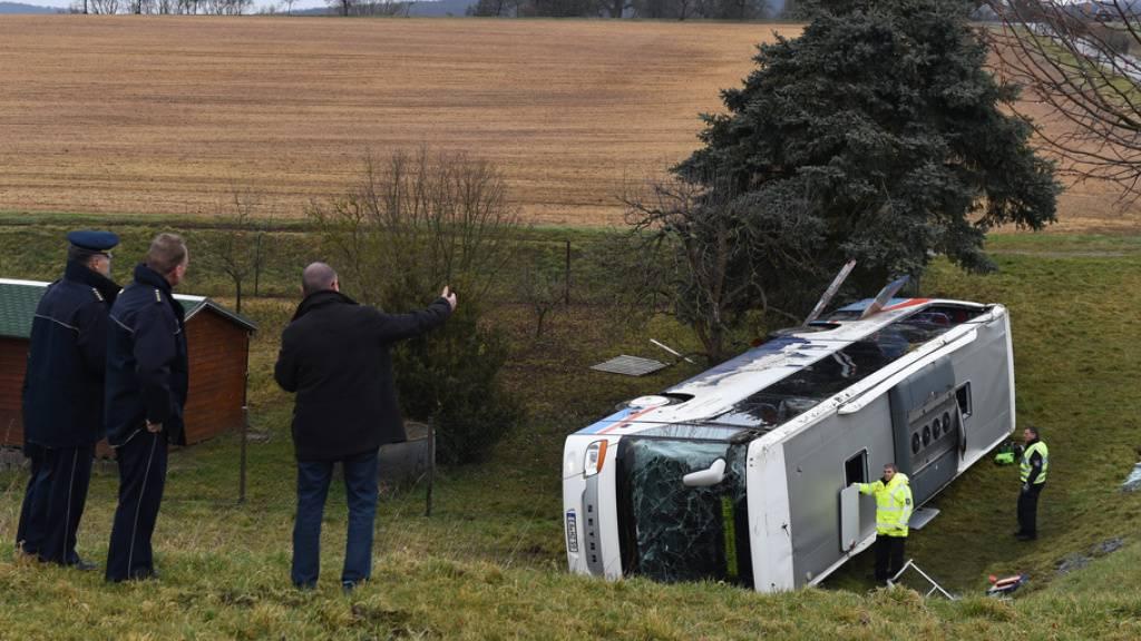 Zwei tote Kinder und Verletzte bei Schulbusunfall in Deutschland