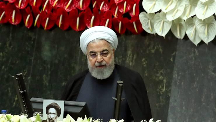 HANDOUT - Hassan Ruhani, Präsident des Iran, spricht während der Einweihung des neuen Parlaments. Der Iran hat sein neu gewähltes Parlament einberufen, das von konservativen Gesetzgebern dominiert wird und aufgrund der Corona-Pandemie strenge Präventionsvorschriften zu beachten hat. Foto: ---/Iranian Presidency/dpa - ATTENTION: editorial use only and only if the credit mentioned above is referenced in full