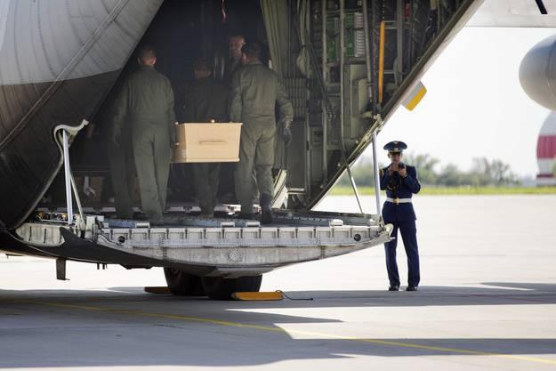 Die Absturzopfer werden in Charkow ins Transportflugzeug geladen.