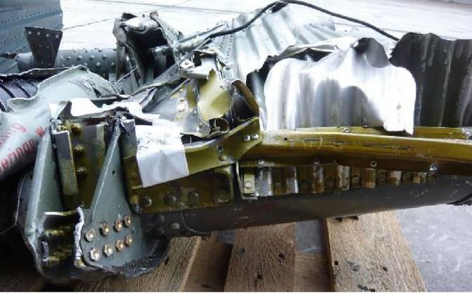 Reparatur im Bereich des Flügelmittelkastens, erkennbar an den grünlichgelben Strukturteilen und den goldgelben Verbindungselementen.