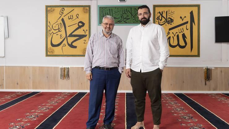 Von links: Ersin Tan und Cihan Gökgöz im grossen Gebetsraum der Moschee der Islamischen Gemeinschaft Dietikon. Der Präsident und der Kommunikationsverantwortliche wollen den Austausch mit Andersgläubigen fördern und veranstalten am 9. November einen Tag der offenen Tür.