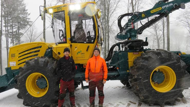 Ramon Schindelholz und Ramon Bergamin vor ihrem neuen Arbeitsgerät