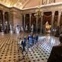 Das historische Amtsenthebungsverfahren gegen US-Präsident Donald Trump im Senat hat begonnen. Die Anklagevertreter hatten die Anklagepunkte gegen Trump am Mittwochabend in einer Art Prozession vom Repräsentantenhaus in den Senat gebracht. Eine ähnliche Zeremonie wurde am Donnerstag wiederholt.
