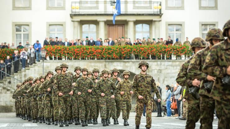 Adieu, Aargau: Die Infanteristen marschieren ein letztes Mal vom Regierungsgebäude zur Kaserne. Auf der Balustrade verabschieden sich der Gesamtregierungsrat, ranghohe Militärs und geladene Gäste.