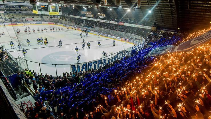 Funkelnde Choreographie der Ambri-Fans vor dem Derby gegen den HC Lugano