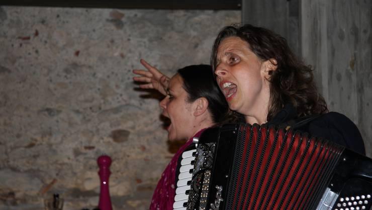 Nicole Knuth (l.) und Olga Tuceck rissen das Publikum im «Salzhaus» mit - nach ihrem letzten Song fanden sich alle Gäste nur noch «gut».