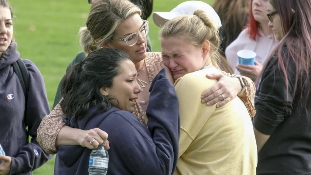 Schülerinnen der Saugus High School und deren Eltern trösten sich.