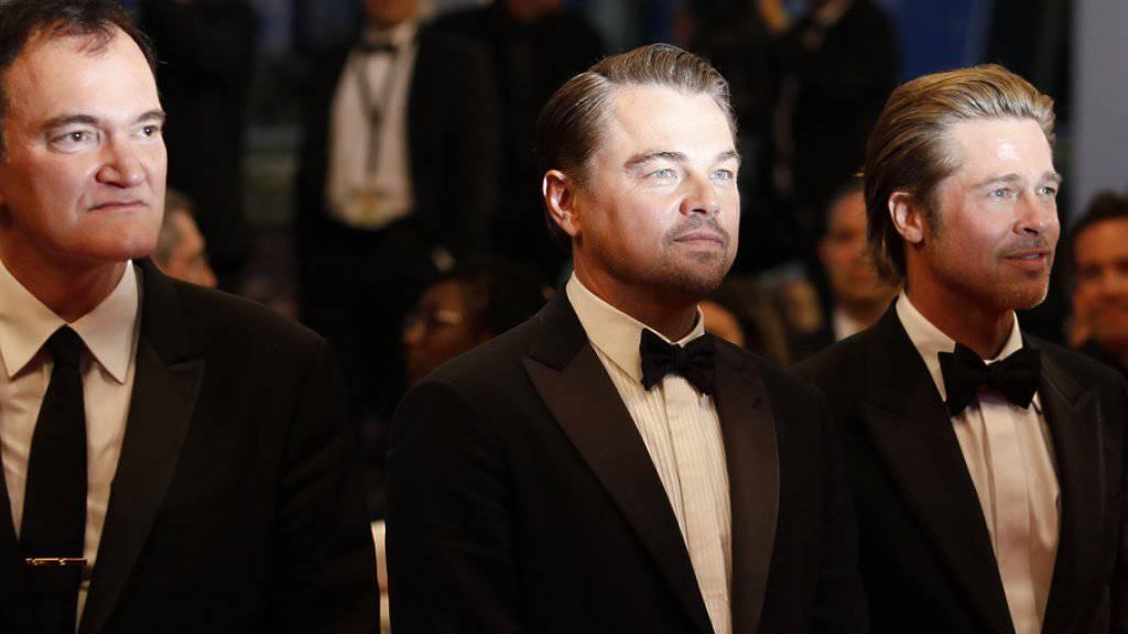 Regisseur Quentin Tarantino und die Schauspieler Leonardo DiCaprio sowie Brad Pitt (von links) stehen für «Once Upon A Time... In Hollywood». Der Film stürmte bereits am ersten Wochenende nach dem Start in der Schweiz die Kinocharts. (Archivbild)