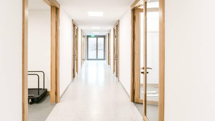 Sämtliche Büros sind durch einen breiten Korridor miteinander verbunden.