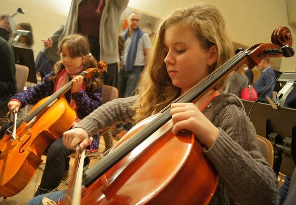 Vielleicht spielen die beiden Mädchen einmal Cello