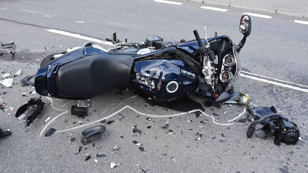 Das zerstörte Motorrad von Remo aus Malters nach seinem Unfall in Bürglen.