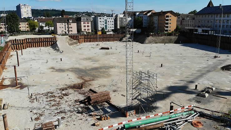 Auf dem Gelände des geplanten Campus der Fachhochschule in Biel dürfte noch einige Zeit ein Loch klaffen. Das Projekt ist in Verzug geraten.
