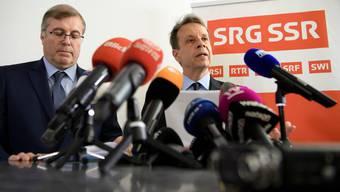 SRG-Präsident Jean-Michel Cina (links) und sein Direktor Gilles Marchand an einer Pressekonferenz 2018. (KEYSTONE/Anthony Anex)