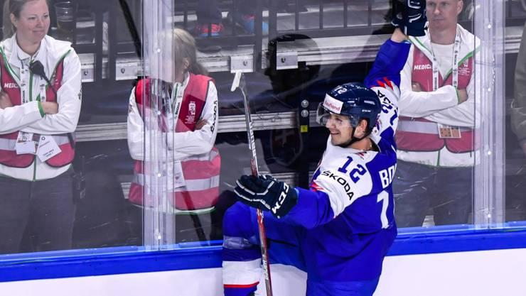 David Bondra bejubelt seinen Treffer zum 1:0 der Slowakei. Am Ende gewannen die Slowaken gegen Frankreich 3:1