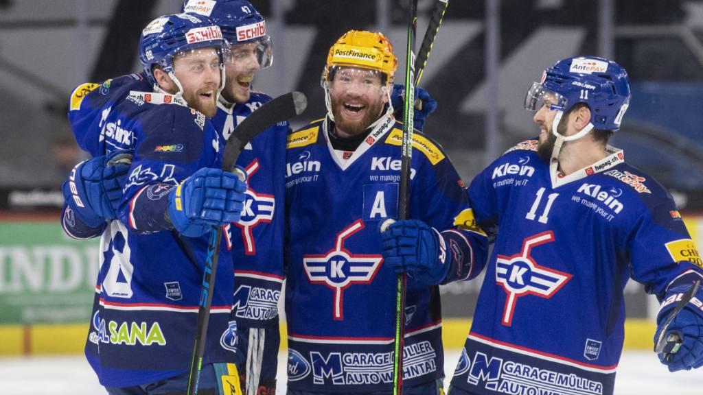 Die Klotener lachen und jubeln nach dem Treffer zum 4:2 gegen Ajoie. Am Ende siegten die Zürcher zum Auftakt des Swiss-League-Finals 5:2