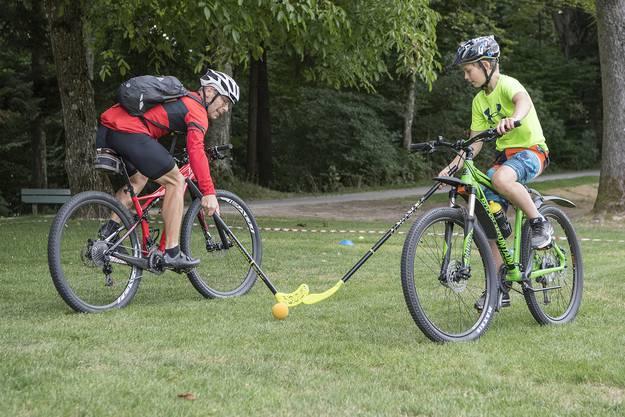 Florian, rechts, spielt mit einem Ball gegen ein Mitglied vom Rad Renn Club Bern, waehrend dem Velofestival