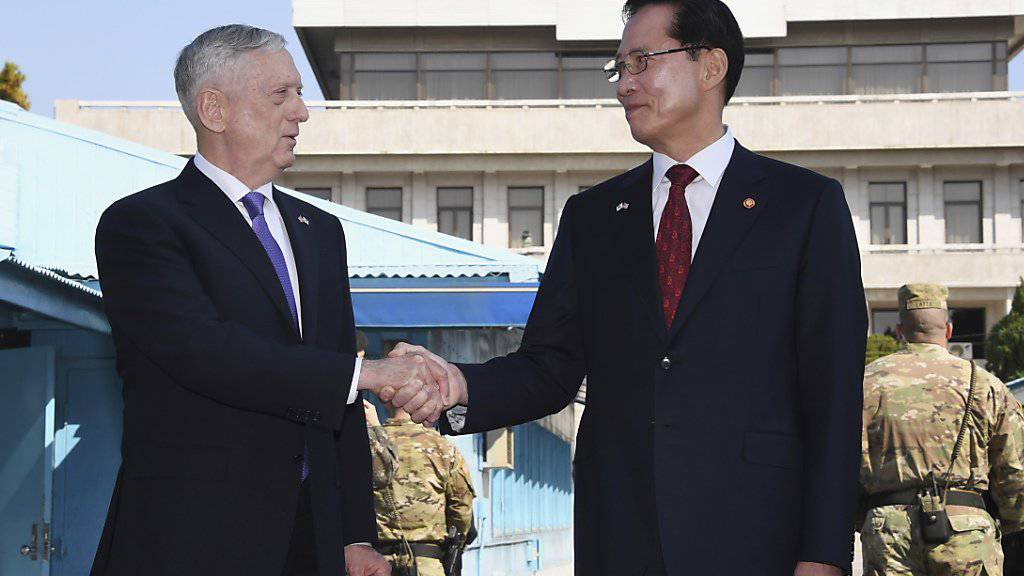 US-Verteidigungsminister James Mattis (l) und sein südkoreanischer Kollege Song Young Moo in Panmunjom