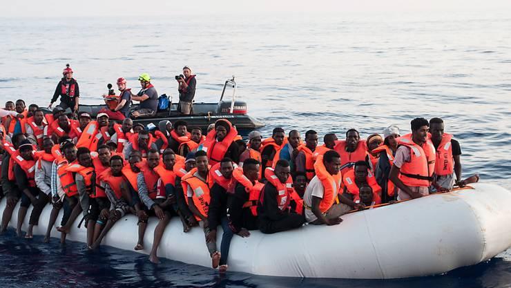 In der Schweiz ist die Zahl der Asylgesuche im letzten Jahr auf den tiefsten Stand seit 2007 gesunken. Nach Einschätzung der Flüchtlingshilfe könnte und müsste die Schweiz mehr tun zur Bewältigung des Flüchtlingselends, insbesondere bei der Seenotrettung. (Archivbild)