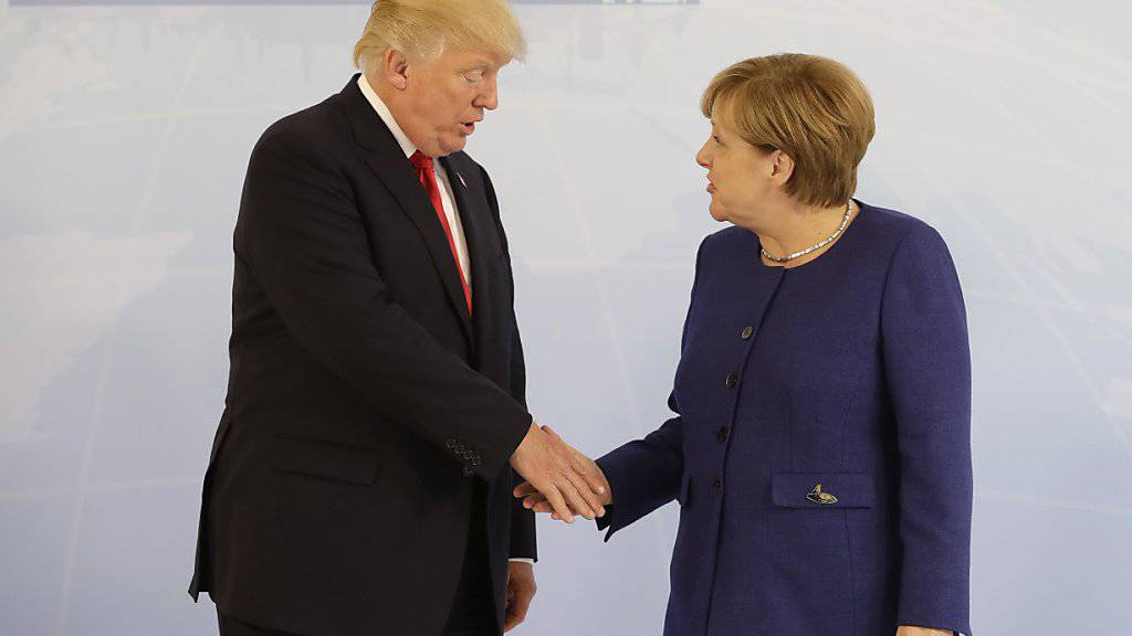 Doch noch ein Handshake: US-Präsident Donald Trump gibt der deutschen Kanzlerin Angela Merkel in Hamburg die ihr noch im Weissen Haus in Washington verweigerte Hand.