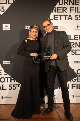 Die beiden Preisgewinner freuen sich über die Auszeichnung