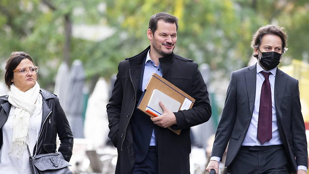 Pierre Maudet und seine Verteidiger Yaël Hayat (l.)  und Grégoire Mangeat auf dem Weg ins Genfer Berufungsgericht.