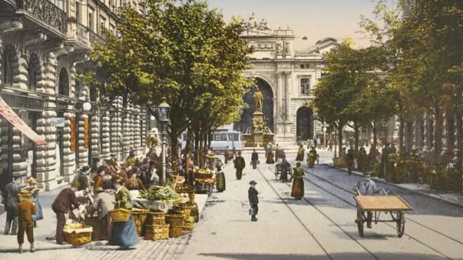 Markt an der Zürcher Bahnhofstrasse, der Bahnhofplatz und der Hauptbahnhof um 1900.  Foto: Keystone