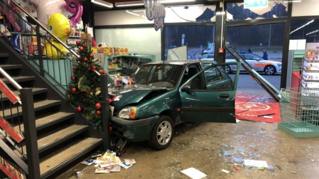 Die Fahrt des jungen Mannes endete in einem Laden.
