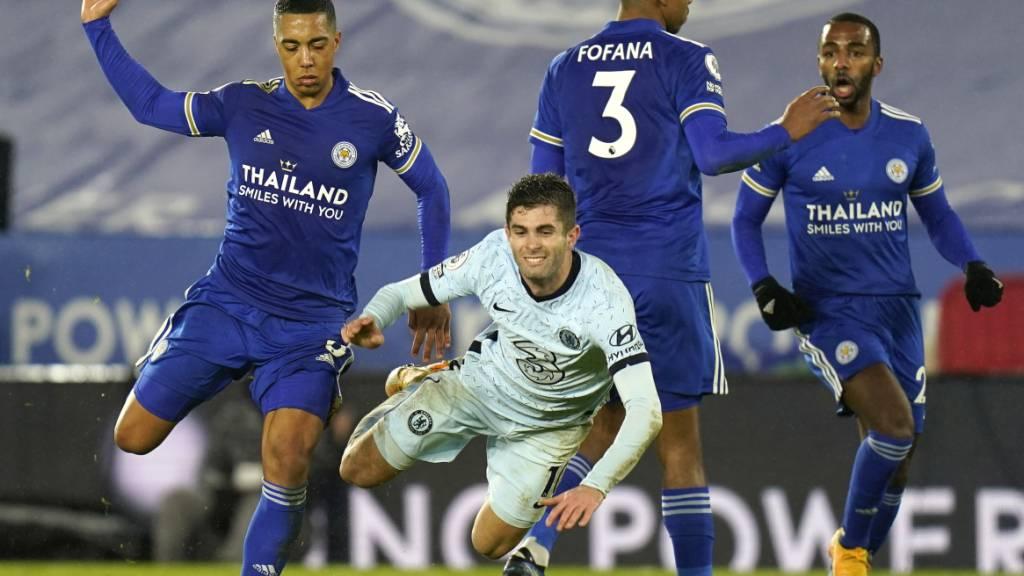 Christian Pulisic fällt und landet mit Chelsea hart, während Leicester City sich nach ganz oben buxiert