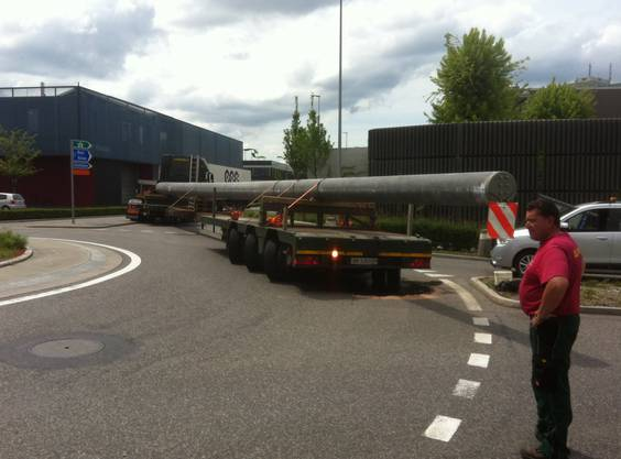 Aarauerstrasse in Lenzburg: Schwertransport mit Bremsölverlust führt zu langem Rückstau in allen 4 Kreiselausfahrten.