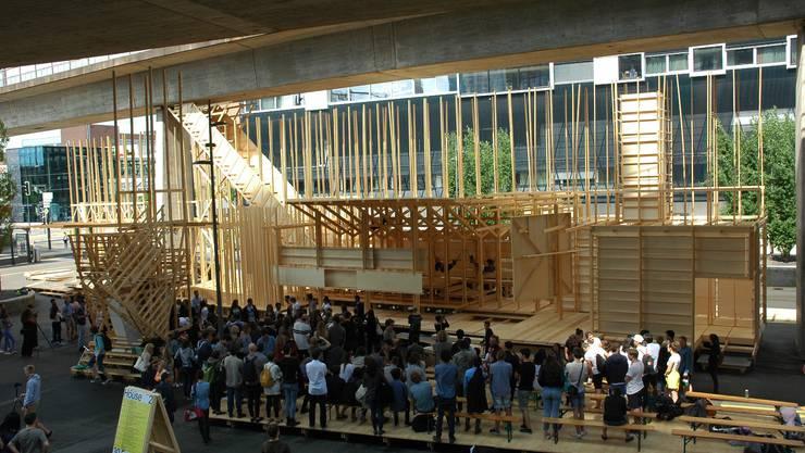 """Die Holzkonstruktion """"House 2"""" lockt am Eröffnungstag viel Publikum an."""
