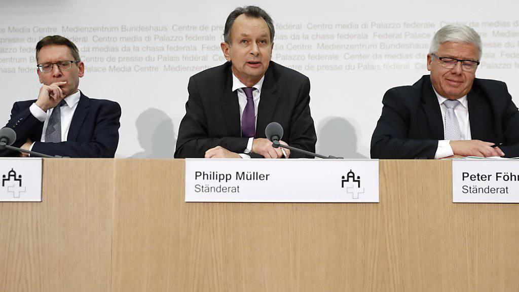 Bei der Umsetzung der Masseneinwanderungsinitiative geht die Ständeratskommission weiter als der Nationalrat. Durchgesetzt hat sich das Konzept des Aargauer FDP-Vertreters Philipp Müller (Mitte).
